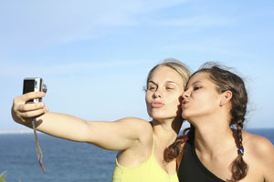 girls-taking-mobile-photo1.jpg
